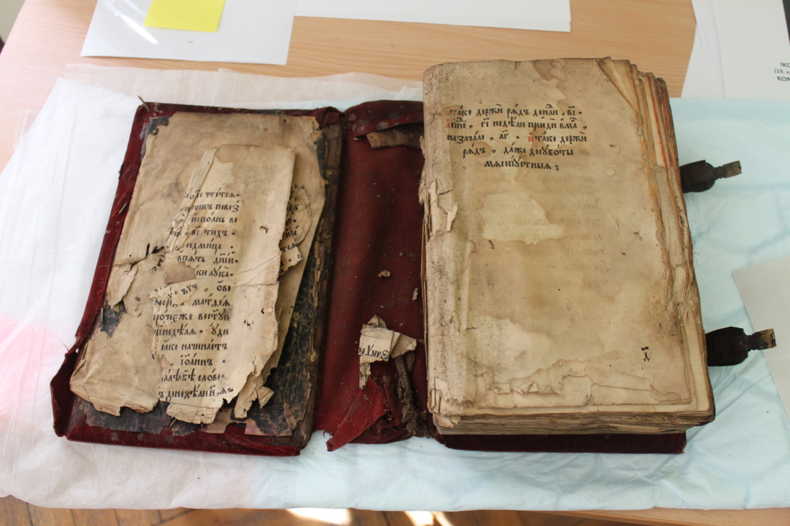 ill 3. A cultural heritage object, a textile covered 500-page Gospel, soaked with extinguishing water was to be dried quickly to prevent deformation and mold damage. The photo shows the binding before lyophilization. © Kadri Tael
