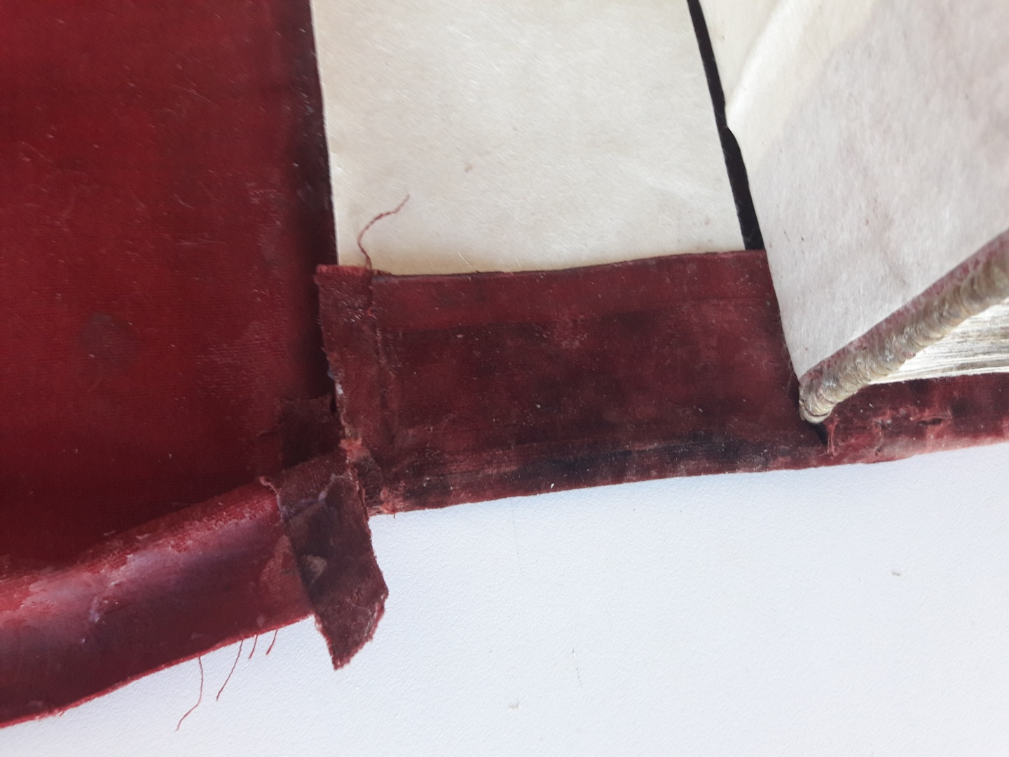ill 41. 2cm slits were cut into the fabric for pasting the turned-back part of the fabric onto the inner side of the cover. 1 cm on the very border of the fabric was left uncut. © Tulvi Turo