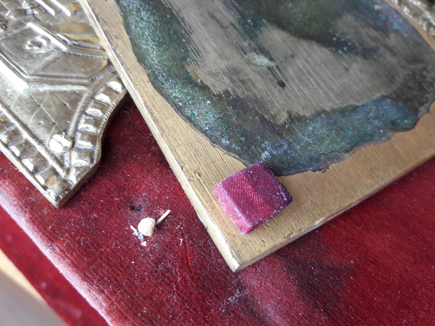 ill 46. 4x4x3mm square silk-covered height on the right, wooden sliver for filling the hole on the left. © Tulvi Turo