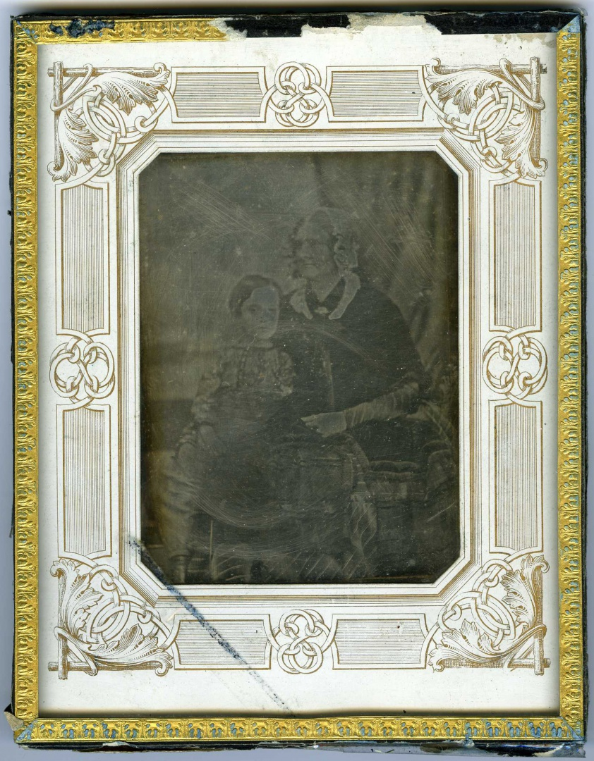 ill 1. Unknown woman with a child, about 1850s. Photographer unknown. European-style paper-framed daguerreotype (170 x 135 x 7 mm). Tartu Town Museum, TM F 479.