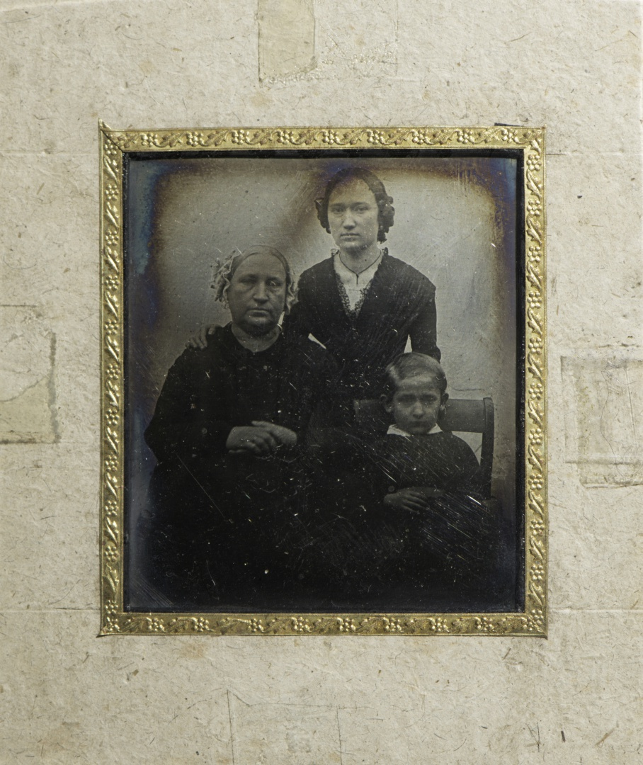 ill 9. Fr. R. Kreutzwald's wife Marie, daughter Adelheid and son Aleksis, about 1853. Robert Borchardt, paper-framed daguerreotype (111 x 95 x 6 mm).