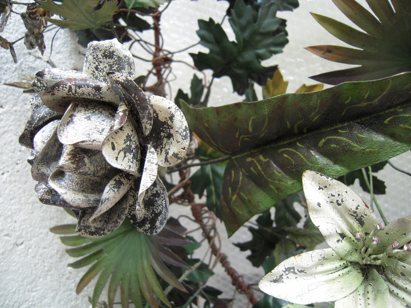 ill 12. The loose parts of covering paint on the flowers were mechanically removed.