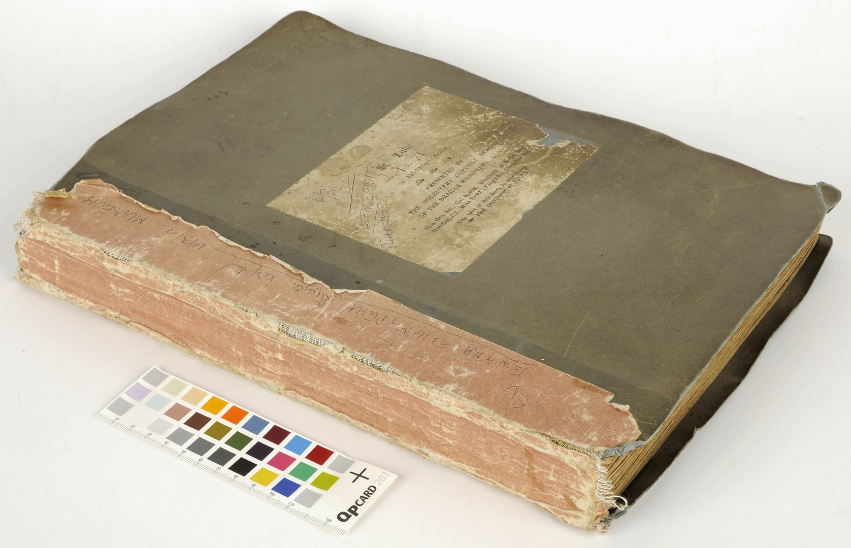 ill 1. The book before conservation.