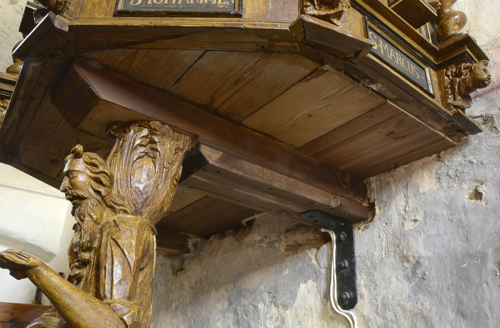 ill 22. The groundsel of the pulpit's floor was anchored into the wall with a new forged quoin.