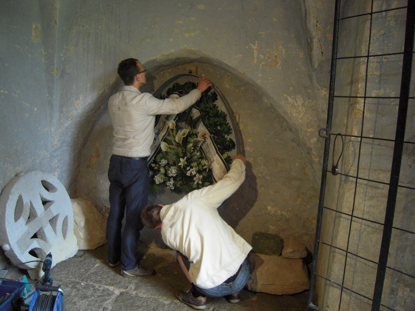 ill 26. Setting up the wreath on the wall of the vestibule of the Risti church.