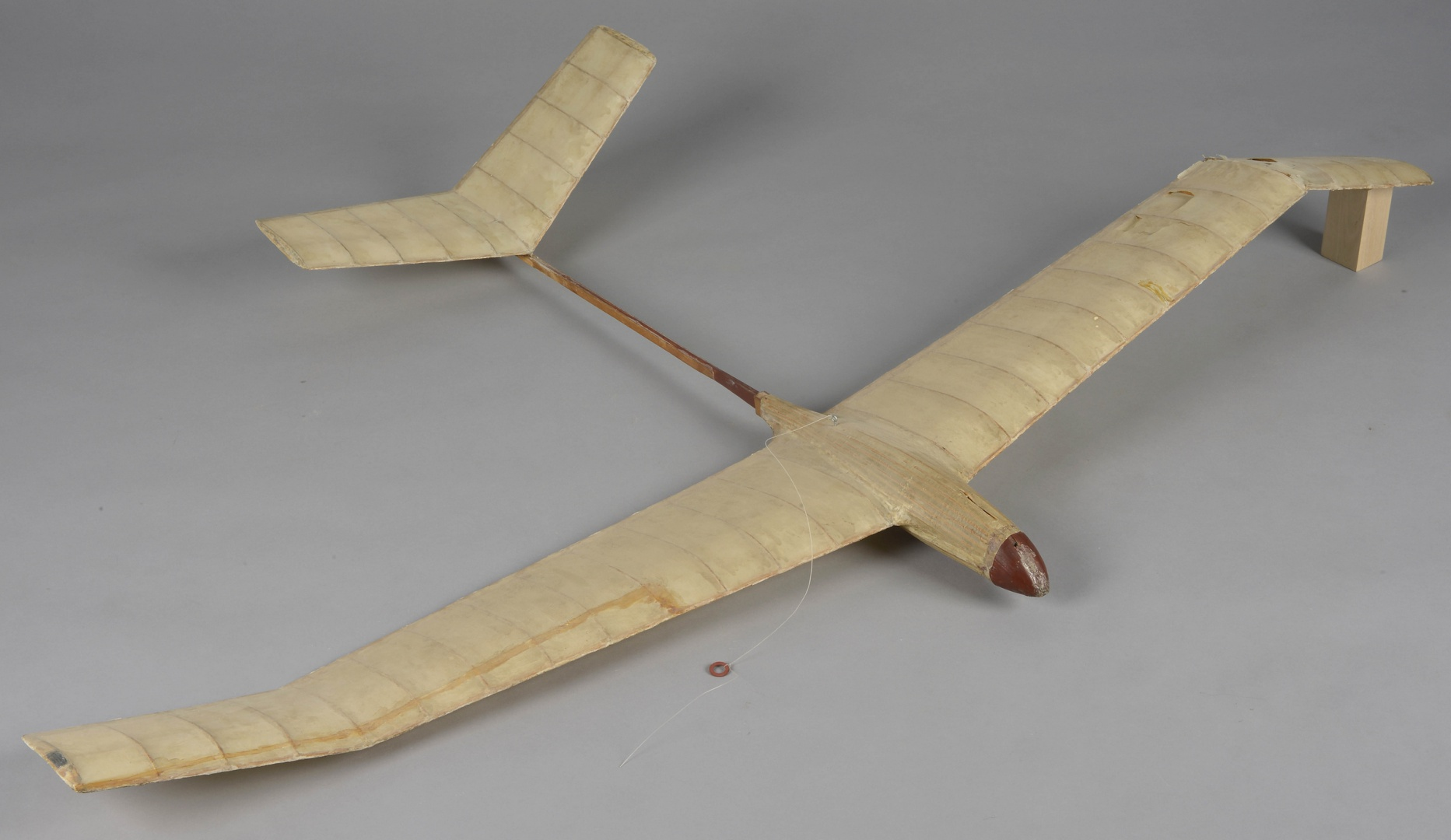ill 2. Model plane 2 before conservation. On the wing of the plane is a label with the name and address of the owner – EINO TUBIN. Ulricehamnstv. 44. Johanneshov. Te. 483733. 100 × 172 × 17,5 cm
