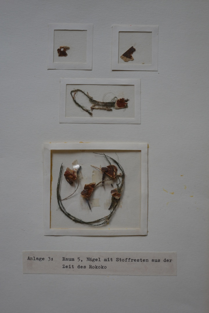ill 2. Fragments of the mid-18th-century flock wallpaper, found during the research on historical wallfinishes in 1996.