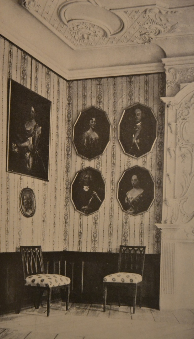 ill 5. View of the room with the grey wallpaper from Jürgen Brandt's book Alt-Mecklenburgische Schlösser und Herrensitze (1925).