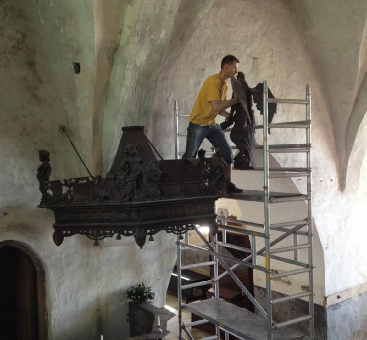 ill 6.Conservator Viljar Talimaa removing the angel from the canopy.