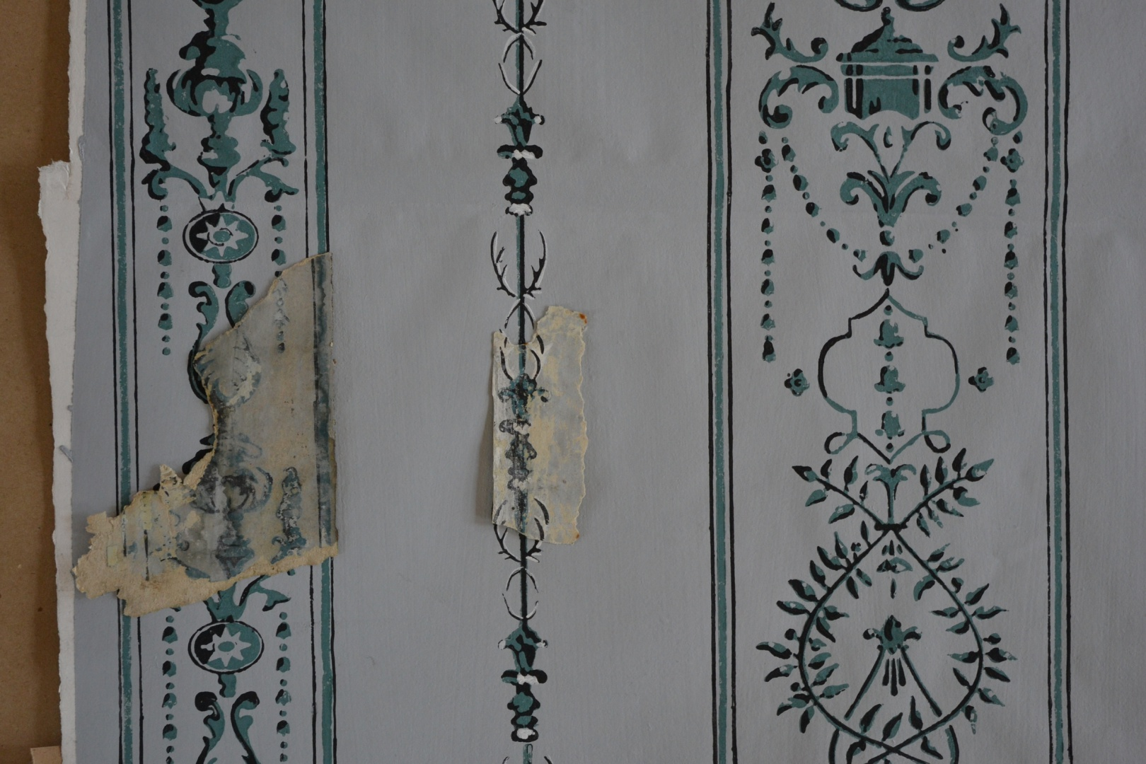 ill 8. Reconstruction of the grey wallpaper with historical fragments.