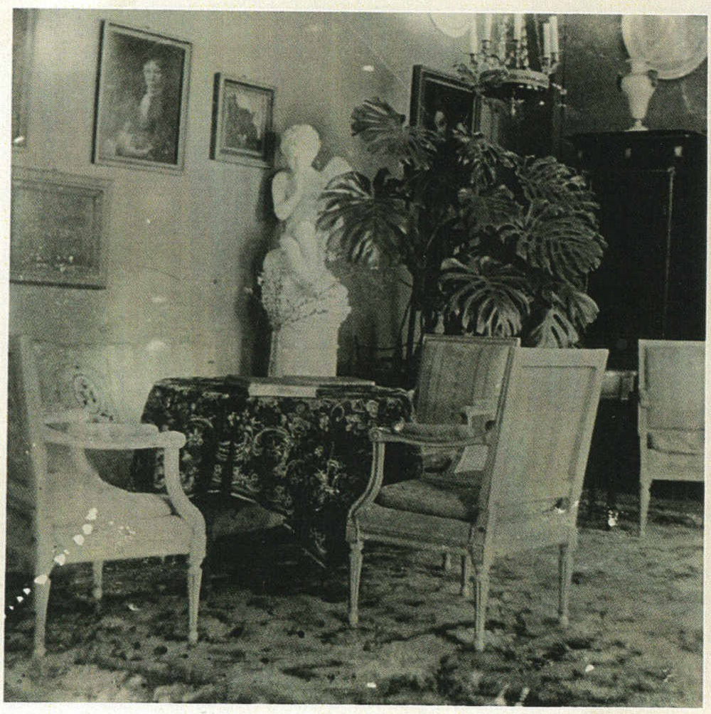 ill 13. The Blue salon. The painting Boy with a Goose and the sculpture Amor Seated by Etienne Maurice Falconet were originally in the Green salon located on the other side of the hall. Photo – a private collection.