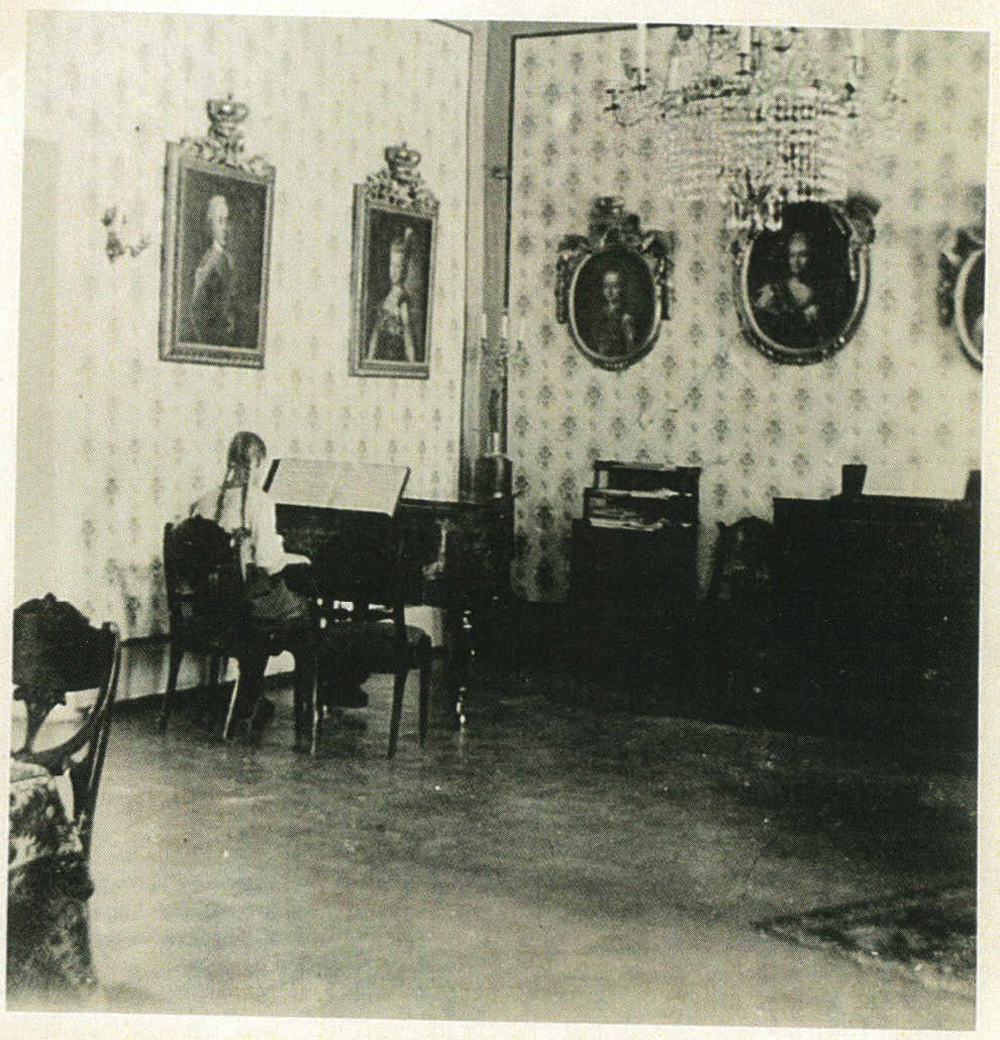 ill 15.Barbara von Krüdener (1898-1916, Moscow) playing the piano in the hall, about 1910. Photo – private collection.