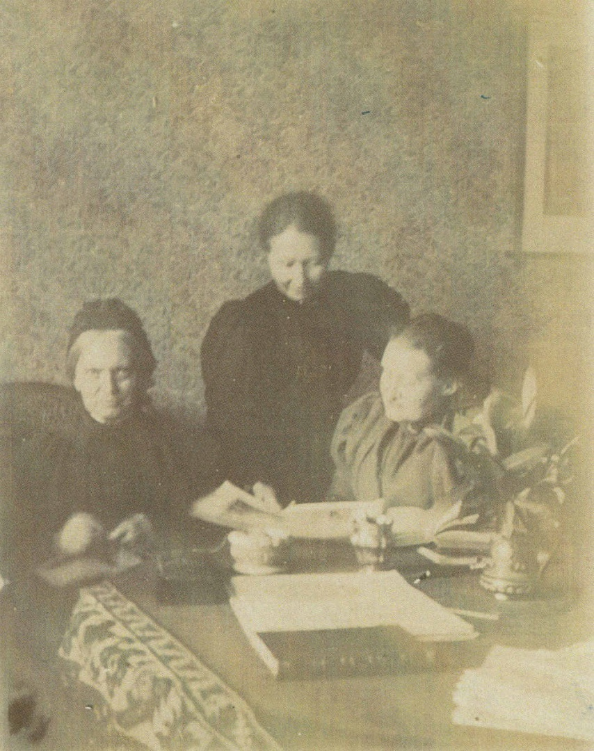 ill 24. Elisabeth, Anna and Elli von Krüdeners in grandmother's room on the upper floor. Photo – a private collection.