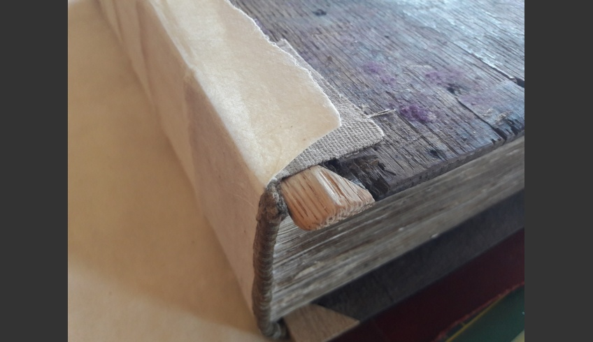 ill 35. Restored corner of the board, a pasted headband and Japanese paper reinforcement reaching 2cm upon the outer side of the cover. © Tulvi Turo