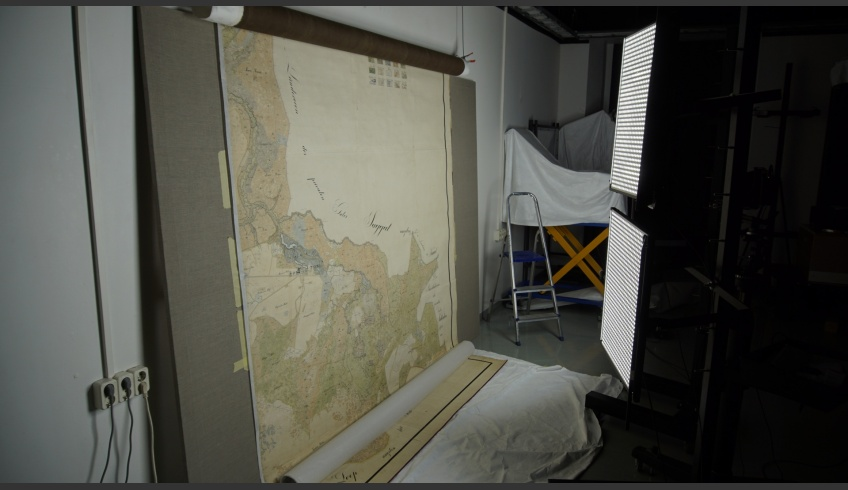 ill 43. Digitising the conserved map in the photo-laboratory of the Kanut.