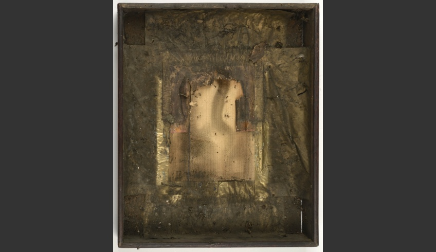 fig 5. When the icon together with its cover was taken out of the box the conservators felt discouraged. They saw that the thin foil-covered paper on the bottom of the box was decayed and really dirty, the foil corroded.