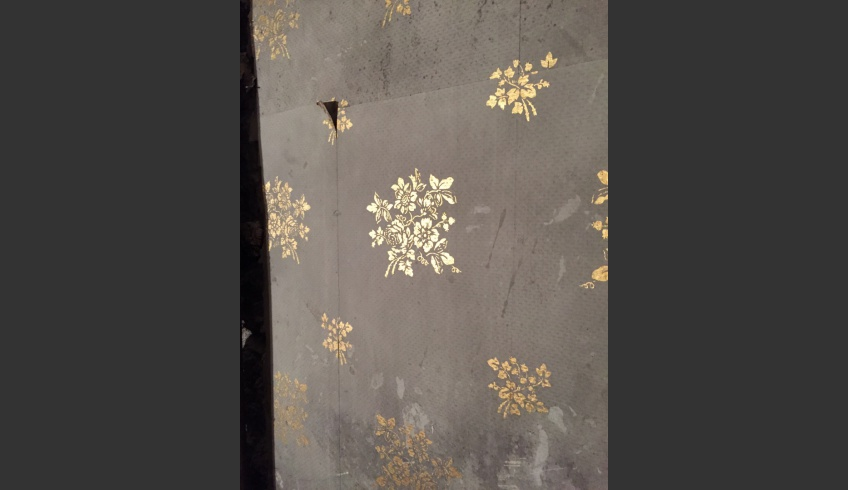 fig 6. The bouquets on the grey surface have been printed in leaf gold and the surface of the paint has a fine relief diamond pattern. The grey wallpaper is double at some places, as the used pieces are non-standard, obviously off-cuts or remnants. Evidently the faded or worn patches of the wallpaper have later been refreshed with remnants of the same paper.