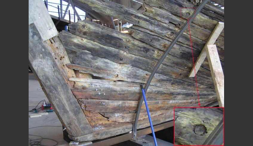 "ill 7. Indications of the crystallization of salts and yellow sulphur blotches around the corroded iron details. Detail of the planking of the ship. A treenail that has preserved its original measurements and shape can be observed. Planking of the wreck is still  ""watertight""."