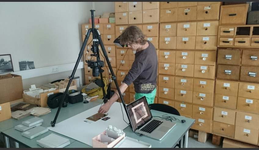ill 14. Hembo Pagi (PLC Archaeovision) digitising daguerreotypes of the Estonian History Museum with  RTI method.