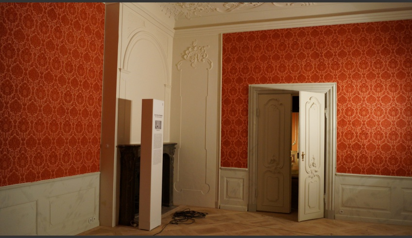 ill 10. The former bedroom of Duchess Elisabeth Albertine zu Mecklenburg-Sterlitz with its reconstructed wall covering.
