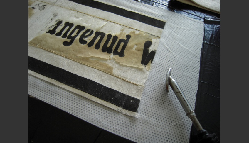 ill 19. Backing the white fabric restored the ribbon as a whole. The conservation of the silk needed additional treatment.
