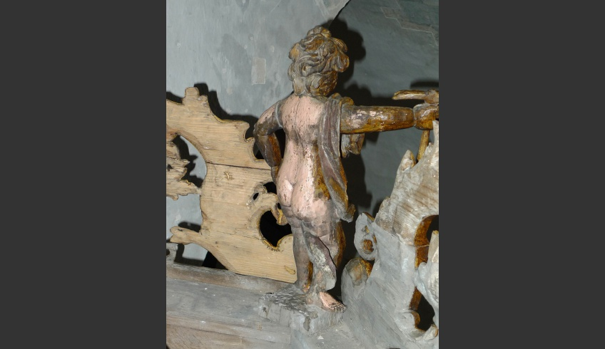 ill 19. Cleaning the back of the canopy details. The pinkish flesh-colour of the putto appeared from under the soot layer. The last paint solution – the grain has been finished only on the front part of the pulpit's details.