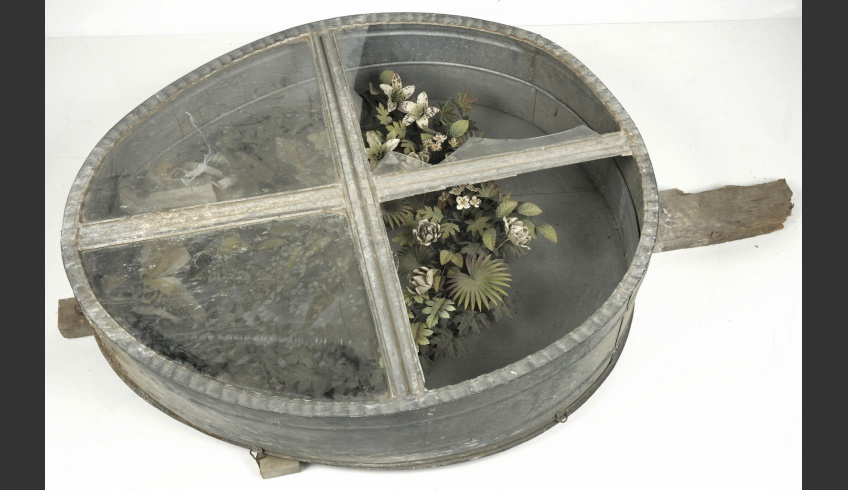 ill 1. The reinforced tin tub found in the attic of the Risti church contained a rusty memorial wreath.