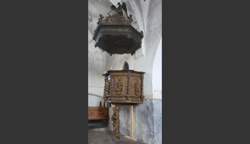 ill 25. The whole pulpit before the conservation.