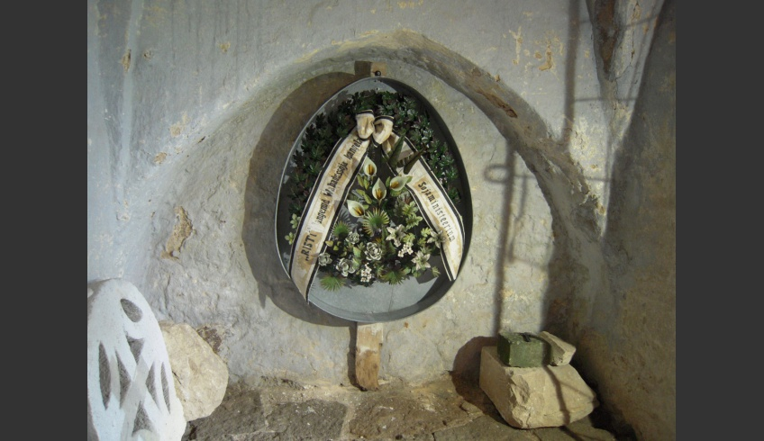 ill 27. The wreath in its protective tub was fixed on the wall together with the original wooden cross.