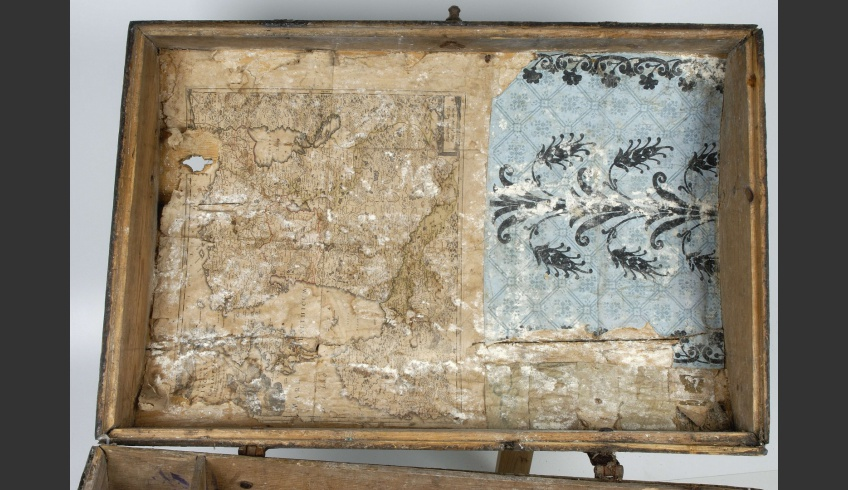 ill 2. Before conservation. Beneath the dust and mould fragments of wallpaper and a map, six small drawings and two prints could be detected.