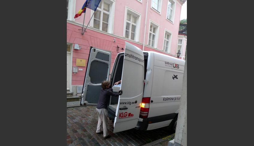 fig 2. A courier company transported the parchments for digitisation at the SA EVM KDK Kanut to guarantee security. Transport and reception of the parchments.