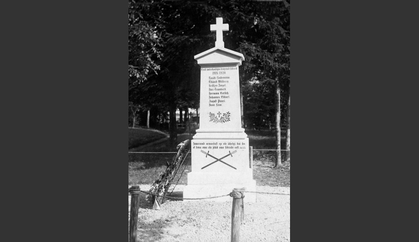 ill 3. The Harju-Risti monument to the War for Independence together with its memorial wreath.  ERM Fk 2813:56.