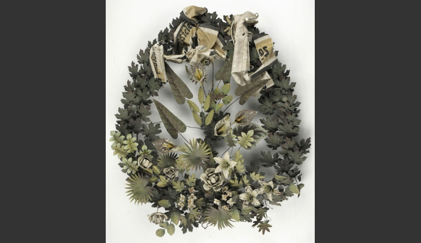 ill 4. The wreath before conservation.