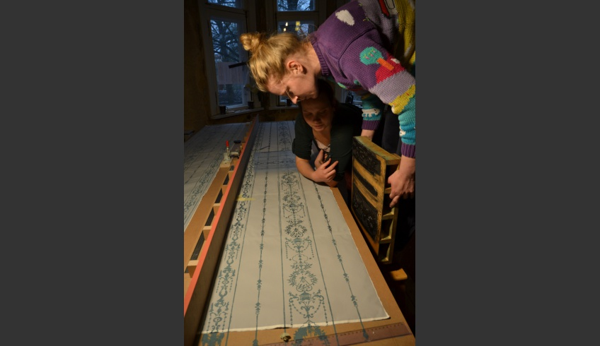 ill 7. Kristiina Ribelus and Kadri Toom printing the wallpaper.