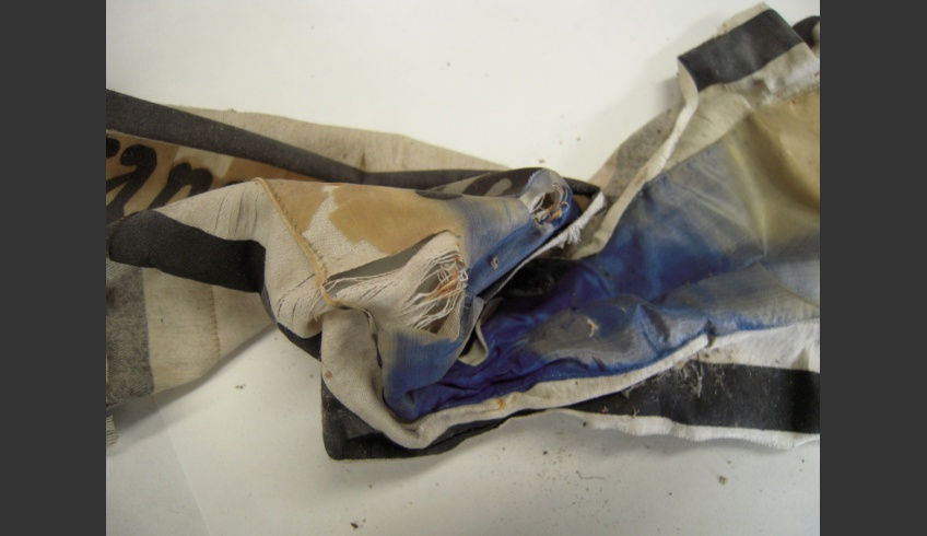 ill 9. The silk of the ribbon was fragmentary and the blue colour had preserved only inside the folds.