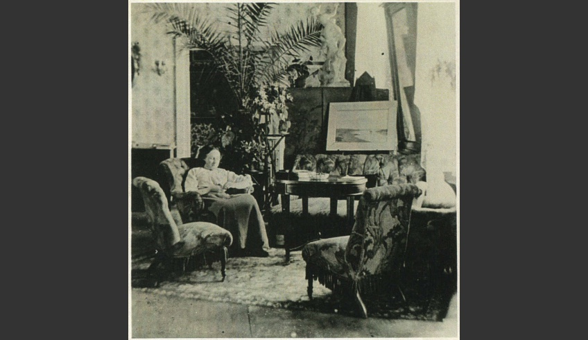 ill 16. Constance von Krüdener in the hall, the sculpture Rape of the Sabine Women by Giambologna is seen in the background and the painting Supper in Emmaus through the opened door. Photo from a private collection.