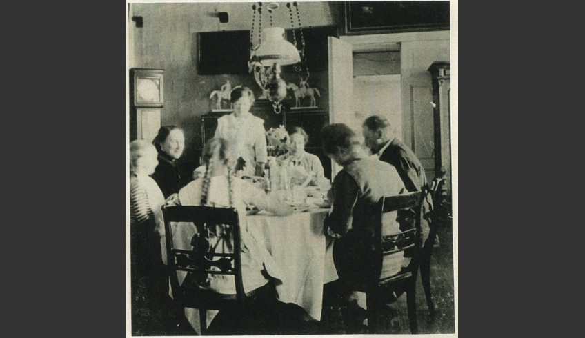 ill 19. Dining room in about 1910. A fragment of the familiar painting can be seen above the door. A grandfather clock and a sideboard with mounted figurines are also seen. Photo from a – private collection.