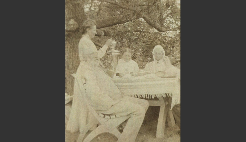 ill 25. Anna von Krüdener serving tea in the park. Photo – a private collection.