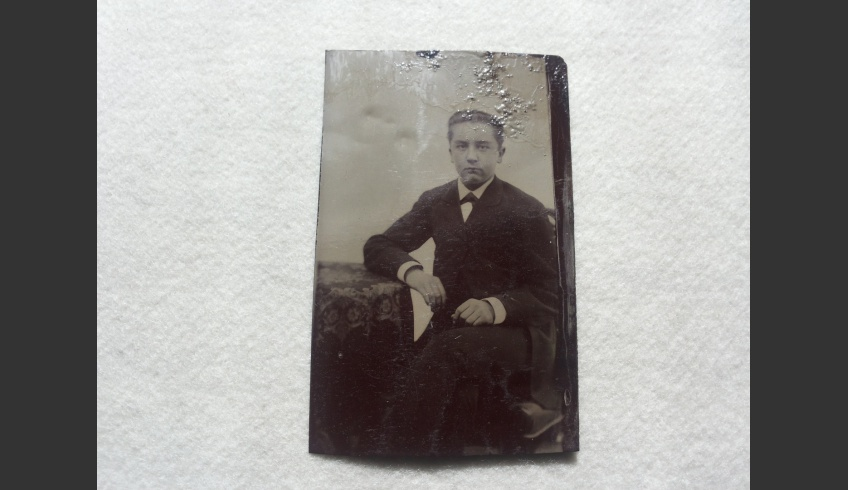 ill 11. Frontal  view of the photo after conservation.