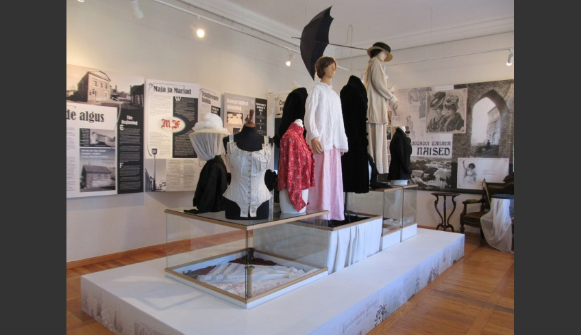 ill 1.Mannequins wearing examples of the garment collection – from corsets to fur-coats – are standing on the showcases in the centre of the big hall.