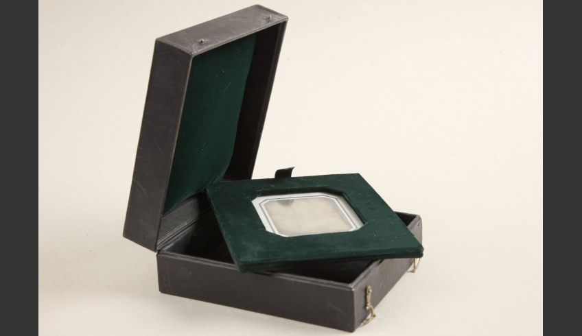 ill 6. Daguerreotypist Carl Neupert's daguerreotype in dark green velvet frame and decorative box. National Archive, EAA f 1862, n 2, s 472, f 3.
